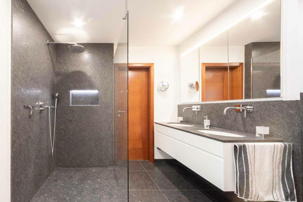 Badezimmer mit Naturstein Steel Grey