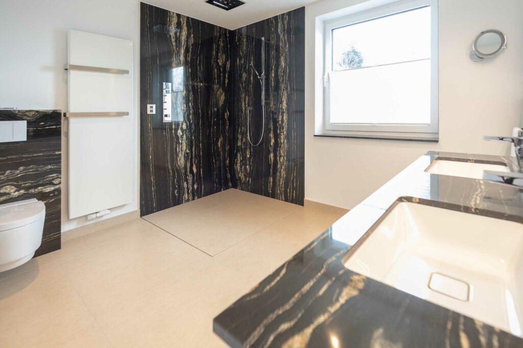 Badezimmer mit Dusche aus Naturstein Tropical Storm und Bodenbelag aus Naturstein Avorio